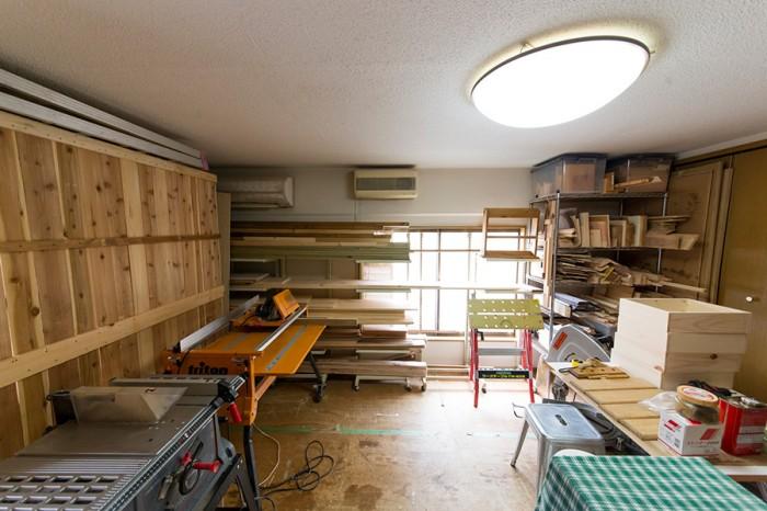 本格的な工具を備えたアトリエ。木工教室や受注品の制作を行う。