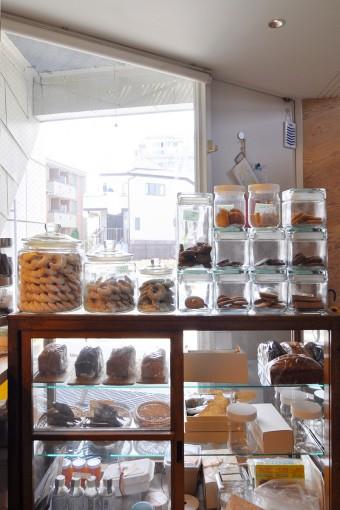 クッキーショップ内部から窓ガラスを通して外を見る。このお店では「素材とかの安心安全を第一」に考えているという。
