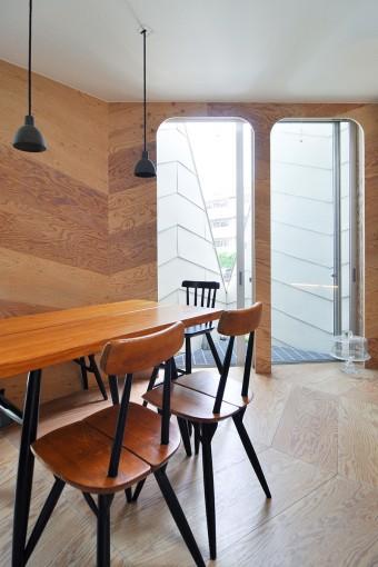 ダイニングキッチンは裏に設けられた大きな三角形の開口にも面している
