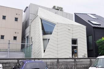 裏の駐車場より見る。こちらにも三角形の大きな開口がつくられていて内部に十分な光をもたらす。