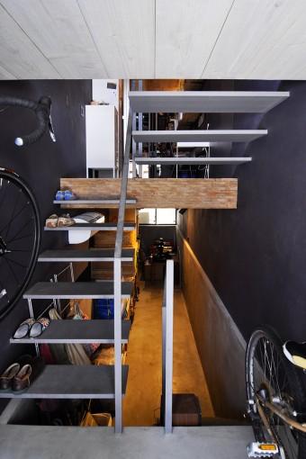 玄関から地下室を見る。将来的にはコーヒースタンドをここで開くことも考えているため、水道やガスも引いてある。