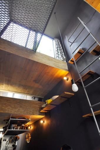 手前の天井の上は屋外。その向こうの一段下がった空間が浴室。