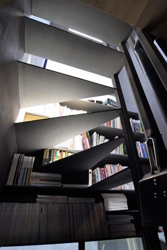 階段に座って本を読んでいると猫たちと目が合ったりすることもしばしばという。