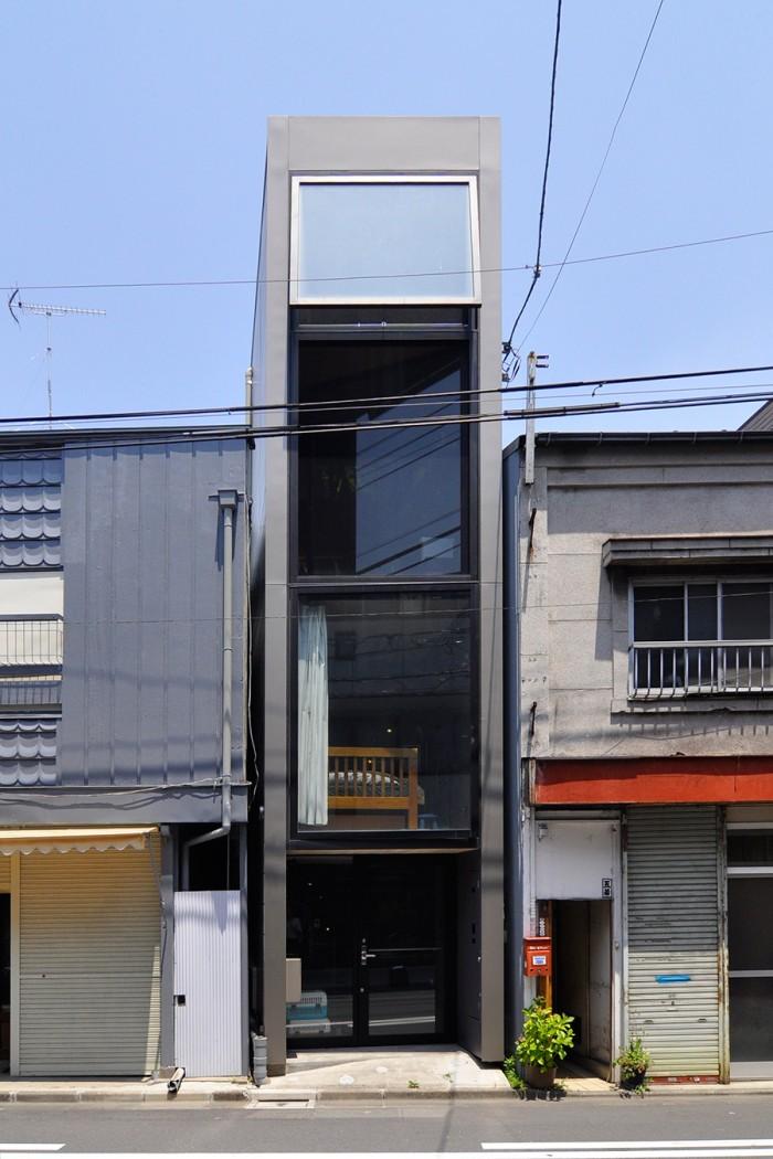 建物の幅は約2.2m。左右の家と比べてその幅の小ささが際立つ。