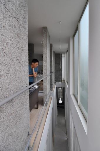 家の端から端まで吹き抜けが通る大胆なデザイン。上下階が分断されず、つながりが感じられる。