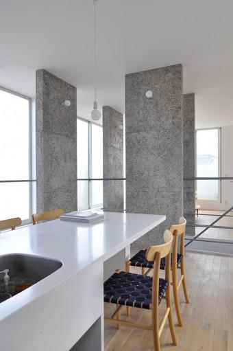 キッチンからリビングを臨む。ベランダの手すり壁の高さも高いので、カーテンをつけなくても隣家からの視線は気にならない。