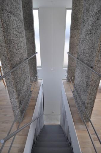フローリングは白の塗料を塗って拭きとったような味のある仕上げ。階段の踏み板は板を貼る予定だったけれど止めたのだそう。