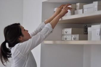 小物の収納には白い箱を使っている斉藤家。中身が一目でわかるようにラベルを貼っている。