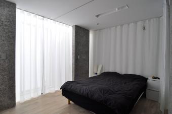 寝室にも壁や扉はなく、カーテンで柔らかく仕切られている。ちなみに斉藤家で扉があるのは唯一トイレだけ。