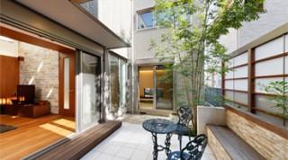 ヘーベルハウスの実例中庭と吹き抜けで開放的なLDK、機能的なキッチンのある住まい
