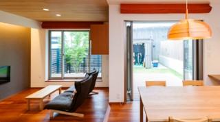 ヘーベルハウスの実例大屋根の深い軒と、木の温もりに包まれる家