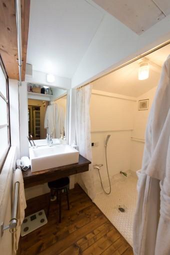 洗面台はシンプルで清潔に。これもDIYで。