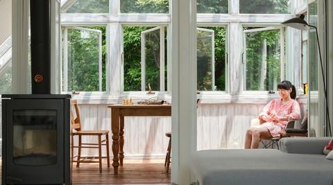 都心で緑を楽しむ新たに設けたサンルームは、森の中にいるような心地よさ。