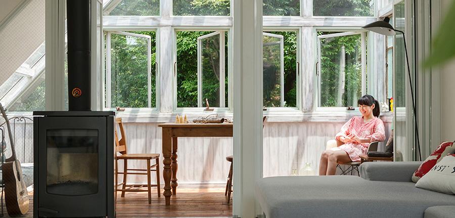 都心で緑を楽しむ   新たに設けたサンルームは、 森の中にいるような心地よさ。