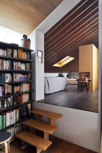 リビングから寝室を見る。天井が斜めになっているのは斜線制限のため。
