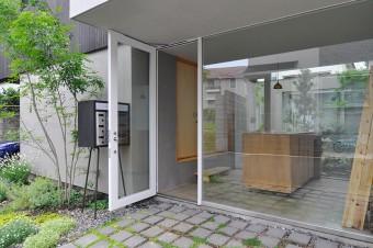 共通の玄関スペース。ここから右に行くと鈴木夫妻のスペースで、左が他2世帯のスペース。