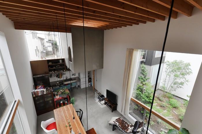 寝室から1階を見下ろす。この空間は「空気がいっぱいあって開放感があるのがすごく気持ちいい」と有希さん。鈴木さんはこの空間でお酒を飲むとおいしいという。