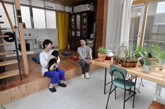 鈴木さんは座布団のあるあたりでごろごろして本を読んだりするのが好きという。「小さな窓とトップライトを開けると風が抜けて気持ちいいです」。