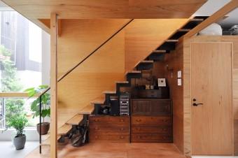 階段下の桐ダンスは鈴木さんの祖母の持ち物を再利用。