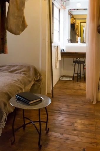 ベッドルームは、もともとキッチンだった場所に設置。生活用品は極めてコンパクトに収納されている。