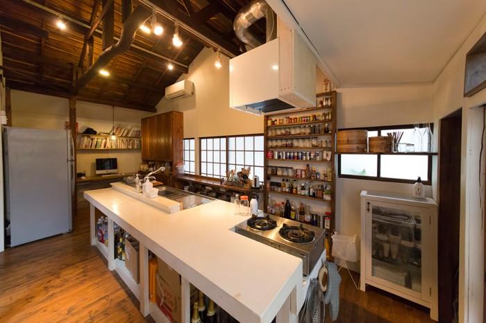 仕事場でもあるキッチンはこの家のメイン。照明もたくさん取り付けられ明るい。