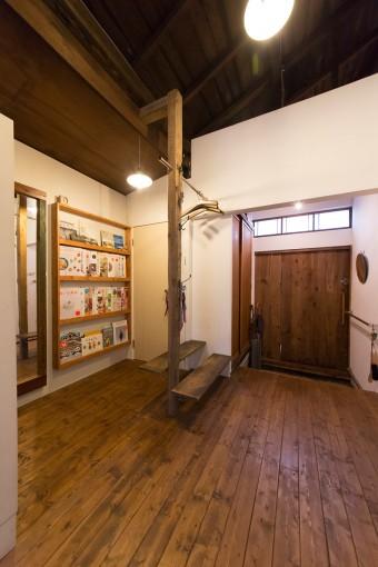 床もDIYで張っていった。玄関にはコートハンガー、荷物置き場を、家を解体する際に出た廃材を使って作成。