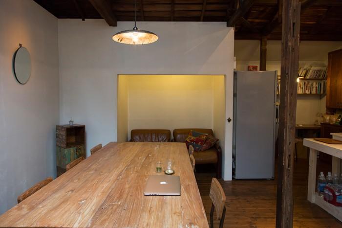 押入れをソファースペースに。ダイニングセットもスツールと同じく「gleam」のもので、インドネシアの廃材を使用している。