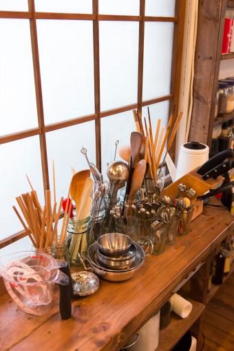 よく使う調理器具は取り出しやすいように、棚の上に置いている。素材、形が揃っているためか整然として見える。