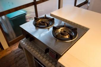 業務用のものを家庭向けにした、火力の強いガスコンロ。タイルはバスルームと同じものを敷いた。