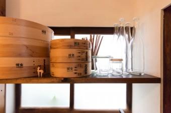 メニューは和・洋・中、多岐に渡る。豊富に揃う調理器具もディスプレイのように見える。