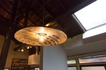 「gleam」の照明。アジアで使われていたドラム缶を利用したハンドメイドの作品。http://gleam.jp