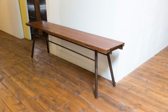 これも廃材を使った「gleam」のベンチ。木と金属の組み合わせが味を出す。