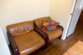 昔から愛用しているアメリカの「Knoll」のソファー。押入れだったところにぴったり収まった。
