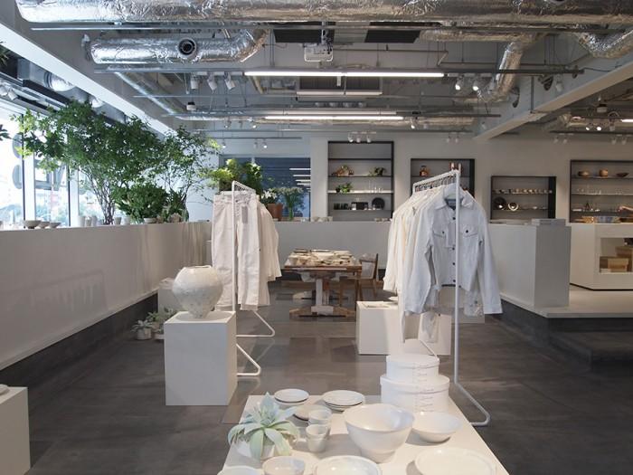 企画展示も開催していきます。9/3(水)まで「白の強度」として白いアイテムを特集。