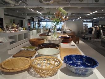キッチンシーンでは大人のもう一品、ということで大皿をフィーチャー。家族で集って、友達を呼んで食事などの時に大活躍、骨董、木の器、和洋陶器とりまぜて、様々な素材の大皿を紹介している。
