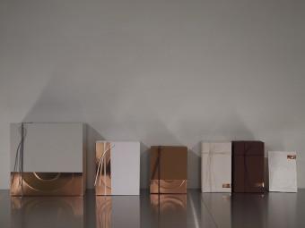 ラッピングのペーパー、ボックスは、アートディレクター・田中義久さんのデザイン。銅のような天然の色を活かしている。