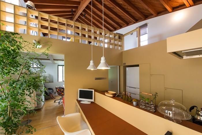 2階のカウンターキッチン。テーブルとキッチン内で使われているタイルは油汚れや熱にも強い優れもの。