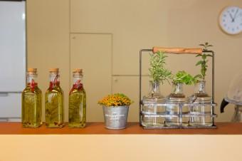 屋上で育てた無農薬のローズマリーをオリーブオイルに漬けて、自家製のハーブオイルを楽しむ。