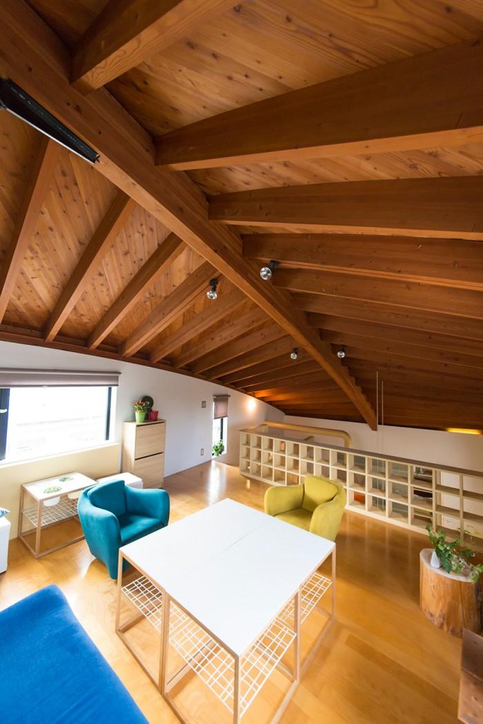 3階のリビングの天井は船底をイメージして作られている。家全体としては、船がL字型のドッグに入っているような形だ。