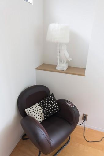 理恵子さんの仕事場にあるモダンなデザインのソファは、実は仕事の疲れを癒してくれるマッサージチェア。