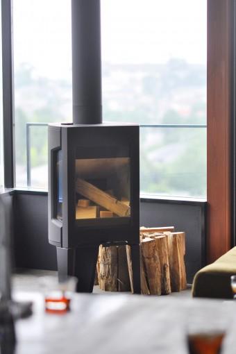 冬にはこの暖炉に灯る炎を見ていると心が休まるという。