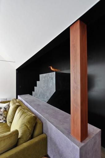 色は多めだがうまくまとめられている。鳥が休む階段は、壁を抜くとアトリエ部分とつなげることができる。