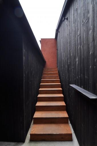 左に猿田邸の玄関、階段を上って右側がアトリエの入口。