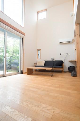 床はすべてフローリング。2年を経ても、木の香りが漂う。ソファー、テーブルは目黒の「karf」で購入。