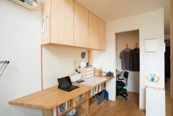 リビングに造りつけたワークスペースは、仕事場、子供のデスクワークに活用。奥は夫が希望したプライベートスペース。