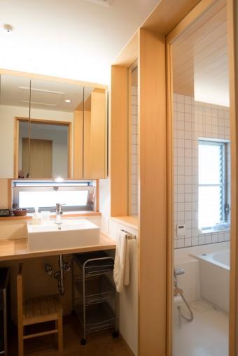 バスルームは玄関脇にあり、帰宅時にシューズインクローゼットを通って直行することもできる。