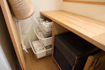 洗面台の奥の狭いスペースは、引き出しを作り付け、横から取り出せるようにして活用した。