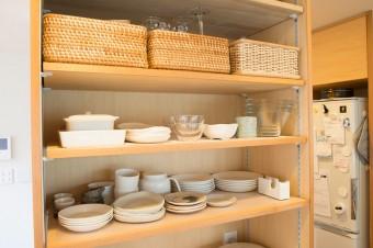 食器も必要な数だけセット。白をベースに揃えている。