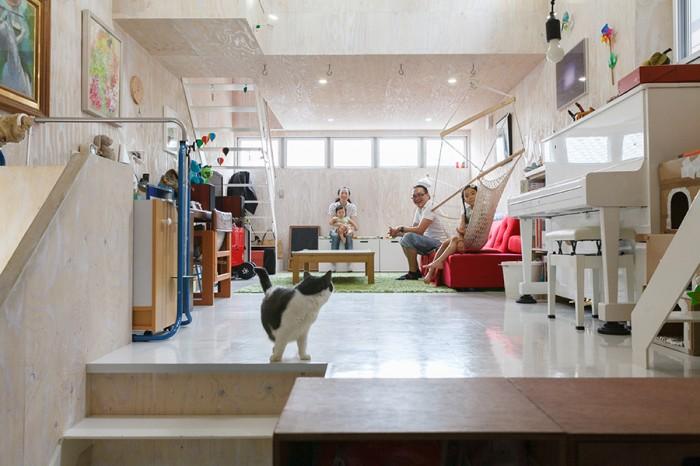 広々としたリビングには床暖房を設置。時には天井のフックにブランコをとりつけて遊ぶこともあるそう。