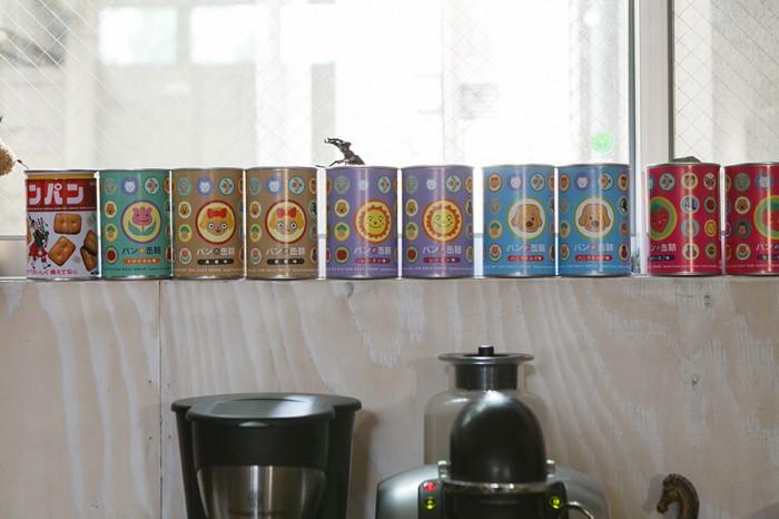 キッチンの窓には、「パンの缶詰」をディスプレイ。